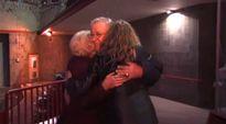 Video: Mies ja kaksi naista halaavat.