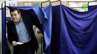 Alexis Tsipras äänestämässä.