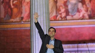 Syriza-puolueen puheenjohtaja Alexis Tsipras tuulettaa.