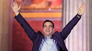 Syriza-puolueen puheenjohtaja Alexis Tsipras on nostanut molemmat kätensä ilmaan.