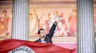 Syriza-puolueen puheenjohtaja Alexis Tsipras tervehtii kannattajiaan 25. tammikuuta.