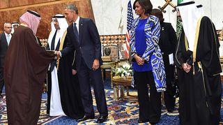 Barack ja Michelle Obama valtiovierailulla Saudi-Arabiassa kuningas Abdullahin kuoleman jälkeen 27. tammikuuta 2015.