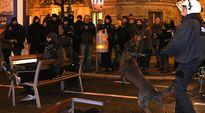 Poliisi ja äärioikeiston tanssiaisia vastustavia mielenosoittajia Wienissä.