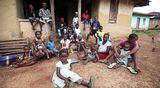Lokakuussa 2014 valokuvattuja liberialaiskylän asukkaita. Tauti oli tuolloin surmannut yli 20 kyläläistä.