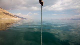 Israelilaistutkijat mittasivat Kuolleen meren syvyyttä 20. lokakuuta 2014.