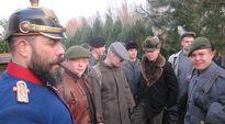 Sodankylän jääkäriprikaatin varusmiehet näyttelivät eilen illalla Suomesta vuonna 1915 tulleita vapaaehtoisia Hohenlockstedtin entisen rautatieaseman edustalla.