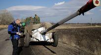 OSCEn tarkkailija valvoo Ukrainan armeijan tykkien vetämistä pois lähellä Donetskin aluetta 27. helmikuuta.