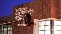 Fergusonin poliisiaseman nimikylttiä puhdistetaan.