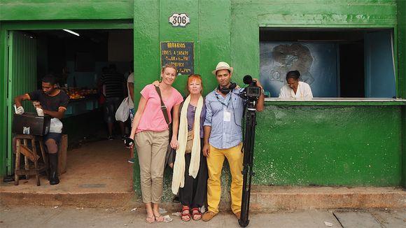 Ylen toimittajat Jessica Stolzmann ja Jaana Kanninen sekä kuvaaja Oscar Romero Kuubassa.