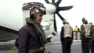 Carl Haglund amerikkalaisen lentotukialuksen kannella.