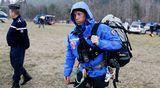 Kuvassa pelastustyöntekijä on matkalla helikopteriin ja turmapaikalle.