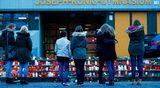 Kynttilöitä saksalaiskoulun edustalla 24. maaliskuuta. Koulun 16 oppilasta ja 2 opettajaa kuolivat Germanwingsin onnettomuudessa Ranskan Alpeilla.
