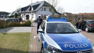 Poliiseja Montabaurissa sijaitsevan talon ulkopuolella. Turmakoneen perämies ilmeisesti asui talossa.