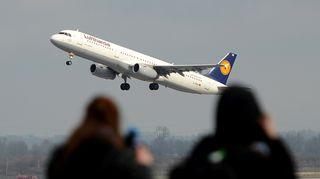 Lufthansan lentokone nousee kentältä.