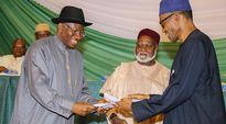 Goodluck Jonathan ja Muhammadu Buhari allekirjoittamassa rauhansopimusta