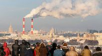 Joukko turisteja katseli tehtaan piipusta turpuavaa savua Moskovan yllä tammikuussa 2014.