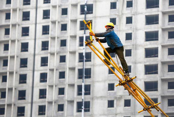 Pekingissä rakennustyömies työmaalla tammikussa 2015.