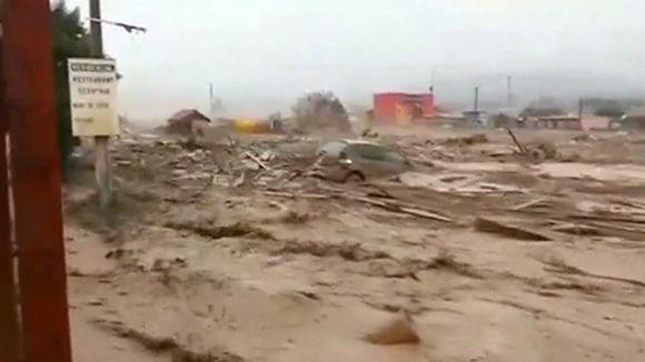 Video: Valtavalla voimalla edennyt tulvavesi kuljettaa mukanaan autoja, taloja sekä muuta rojua Chanaralin kaupungin halki.