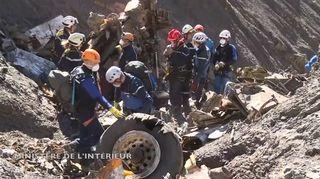 Video: Pelastusmiehistöä työskentelemässä Germanwingsin turmakoneen putoamispaikalla.