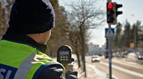 Poliisi mittaa ajonopeuksia.