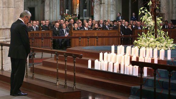 Saksan liittopresidentti Joachim Gauck hiljentyi kunnioittamaan lentoturman uhreja Kölnin katedraalissa.