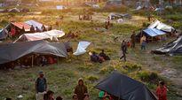 Jälkijäristysten pelossa ulkona nukkuvia ihmisiä leiriytyneenä Katmandun lentokentän lähistölle.