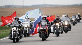 Yön sudet -moottoripyöräjengi kuvattuna Minskin itäpuolella Valko-Venäjällä.