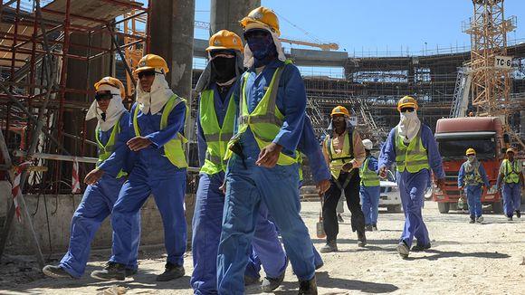 Siirtotyöläisiä FIFA:n maailmanmestaruuskilpailujen rakennustyömaalla Dohassa, Qatarissa marraskuussa 2013.