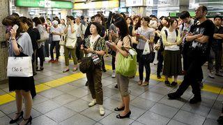 Ihmiset odottavat junaa Ikebukuron asemalla Tokiossa.