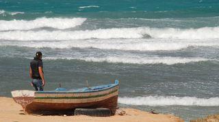 Ihmissalakuljettaja Makki Välimeren rannalla