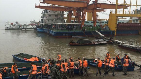 Pelastajat siirtämässä pelastuslauttoja veteen matkustajalauttaturman tapahtumapaikalla.