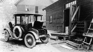 Video: Detroit Electric –sähköauto latauksessa vuonna 1919.