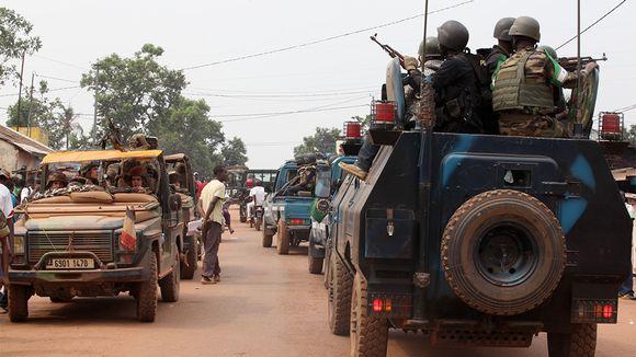 Rauhanturvaajia ajoneuvon päällä