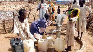 Vesikaivo Sudanissa, lapsia.