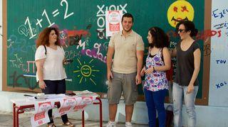 Kreikan kansanäänestyksen ei-puolen kampnajoijia luokkahuoneessa liitutaulun edessä
