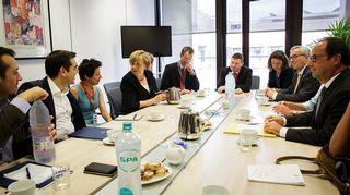 Kreikan pääministeri Alexis Tsipras (2. vas.), Saksan liittokansleri Angela Merkel (4. vas.), EU-komission puheenjohtaja Jean-Claude Juncker (2. oik.) ja Ranskan presidentti Francois Hollande (oik.) kuvattuna ennen huippukokouksen alkua Brysselissä 7. heinäkuuta 2015.