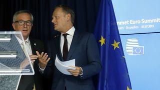EU-komission puheenjohtaja Jean-Claude Juncker (vas.) ja Eurooppa-neuvoston puheenjohtaja Donald Tusk lehdistötilaisuudessa euromaiden johtajien huippukokouksen jälkeen tiistaina 7. heinäkuuta 2015.