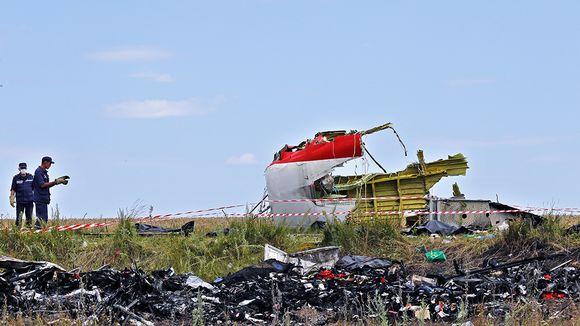 Ukrainalaiset työmiehet keräämässä lennon MH17 osia putoamispaikalla 20. heinäkuuta 2014 Ukrainassa.