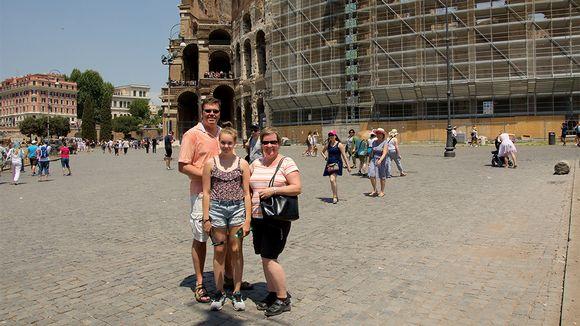 Suomalaisperhe Colosseumin luona