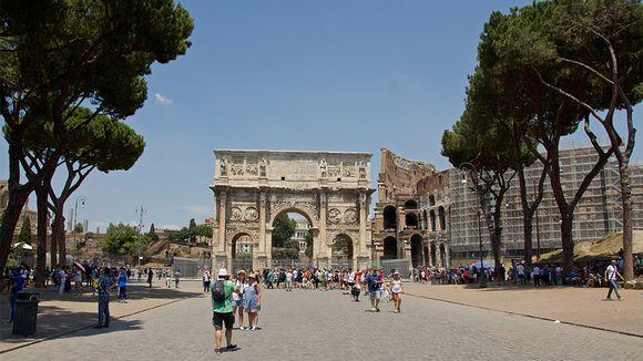 Turisteja Roomassa.