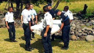 Viranomaiset kantavat siiven palasta.