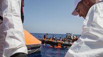 Pakolaisia pelastetaan merestä.