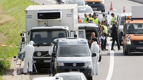 Poliisit tutkivat moottoritien laitaan pysäköityä kuorma-autoa lähellä Parndorfin kaupunkia Itävallassa.