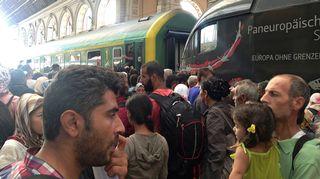 Siirtolaisia Kalatin rautatieasemalla Budapestissa.