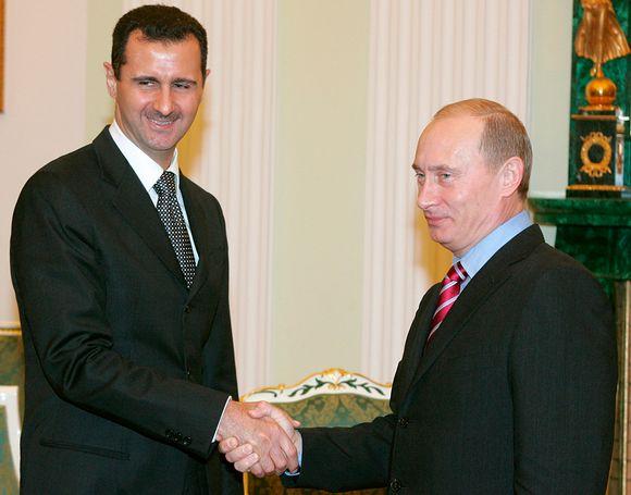 Assad ja Putin kättelee.