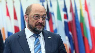 Martin Schulz EU-maidenlippujen edessä