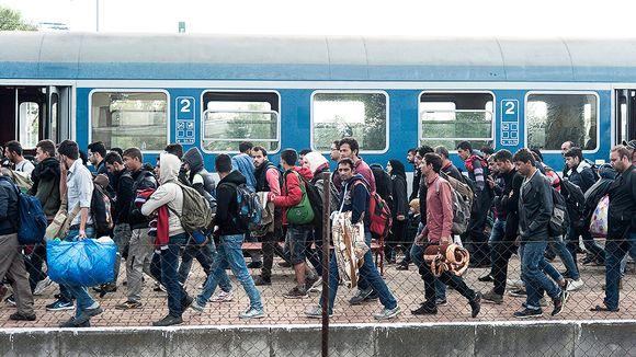 Turvapaikanhakijoita Hegyeshalomin rautatieasemalla Unkarissa.