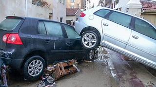 Kaksi autoa päällekkäin