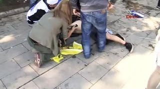 Video: Maassa makaavaa loukkaantunutta ihmistä tutkitaan.