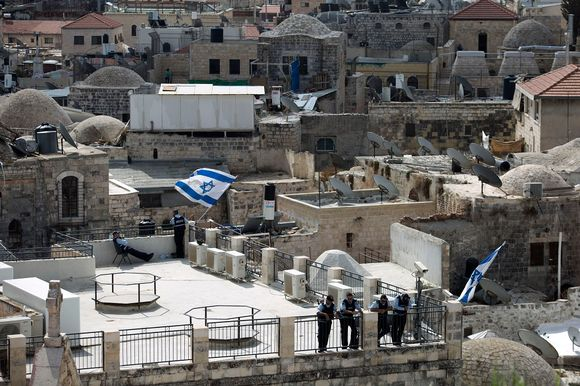 The Israelis policemen guarding the house from the roof of Jerusalem vanhaakaupunkin 8 October 2015.